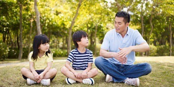 Bố mẹ cần phải làm gương để dạy con biết kiềm chế cảm xúc
