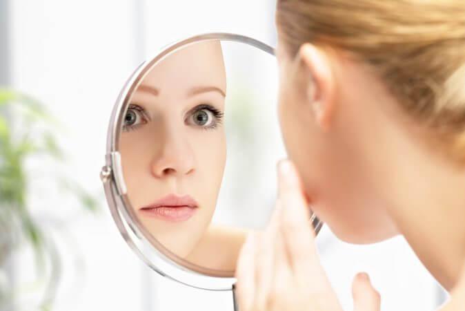 Cách kiềm chế cảm xúc khi dạy con - nhìn vào gương